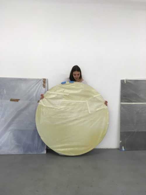 Andrea Zabric beim Auswählen ihrer Werke für die Ausstellung zum Förderpreis.