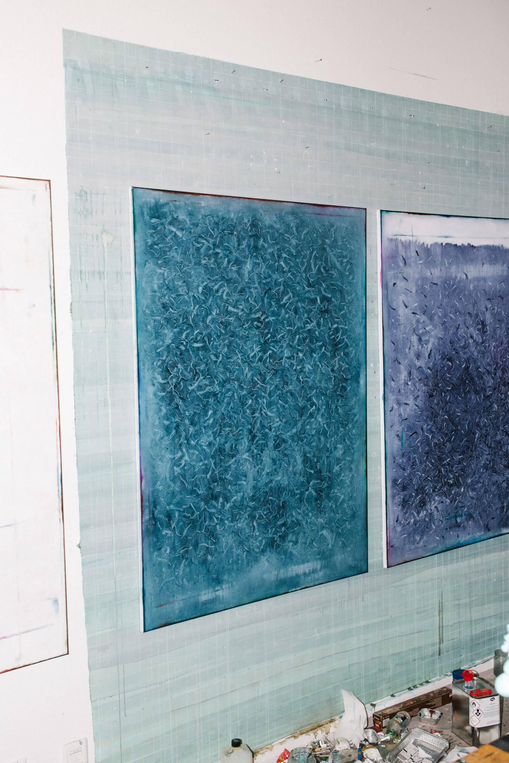 Unfertige Arbeiten von Duncan Swann hngen an der grünen Wand.