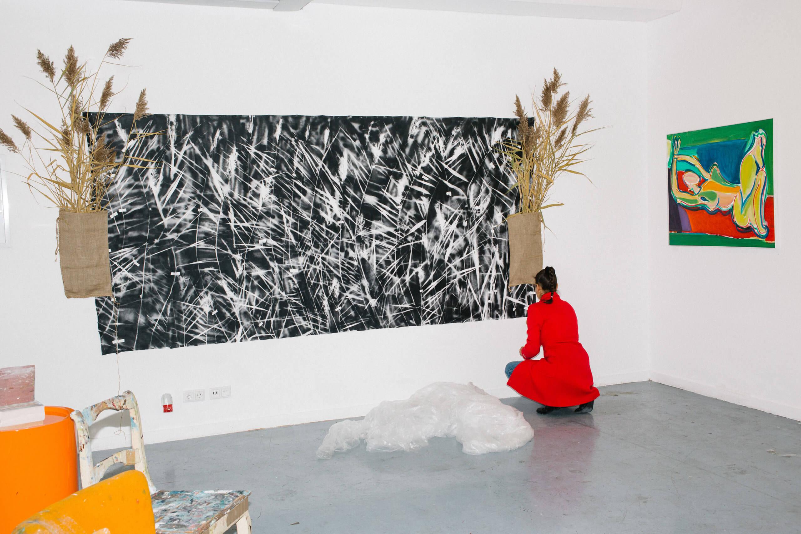 Die Künstlerin Annegret Bleisteiner arbeitet an einem Gemälde in ihrem Atelier.