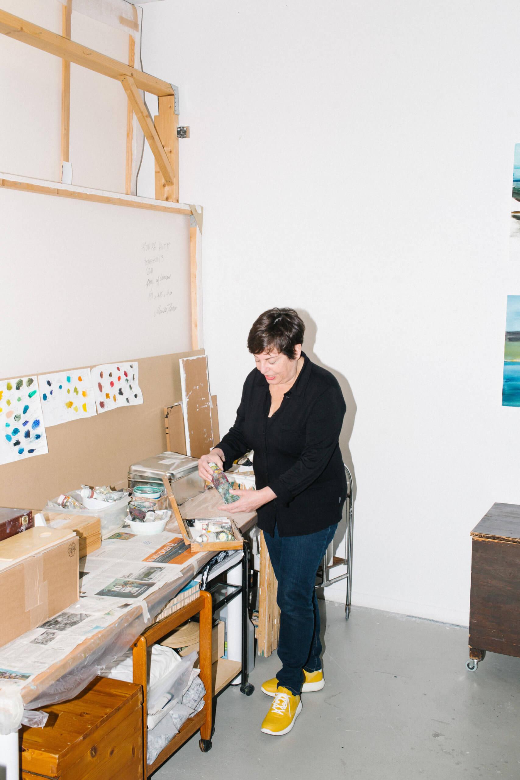 Monika HUmmm steht in ihrem Atelier und bereitet Fraben vor.