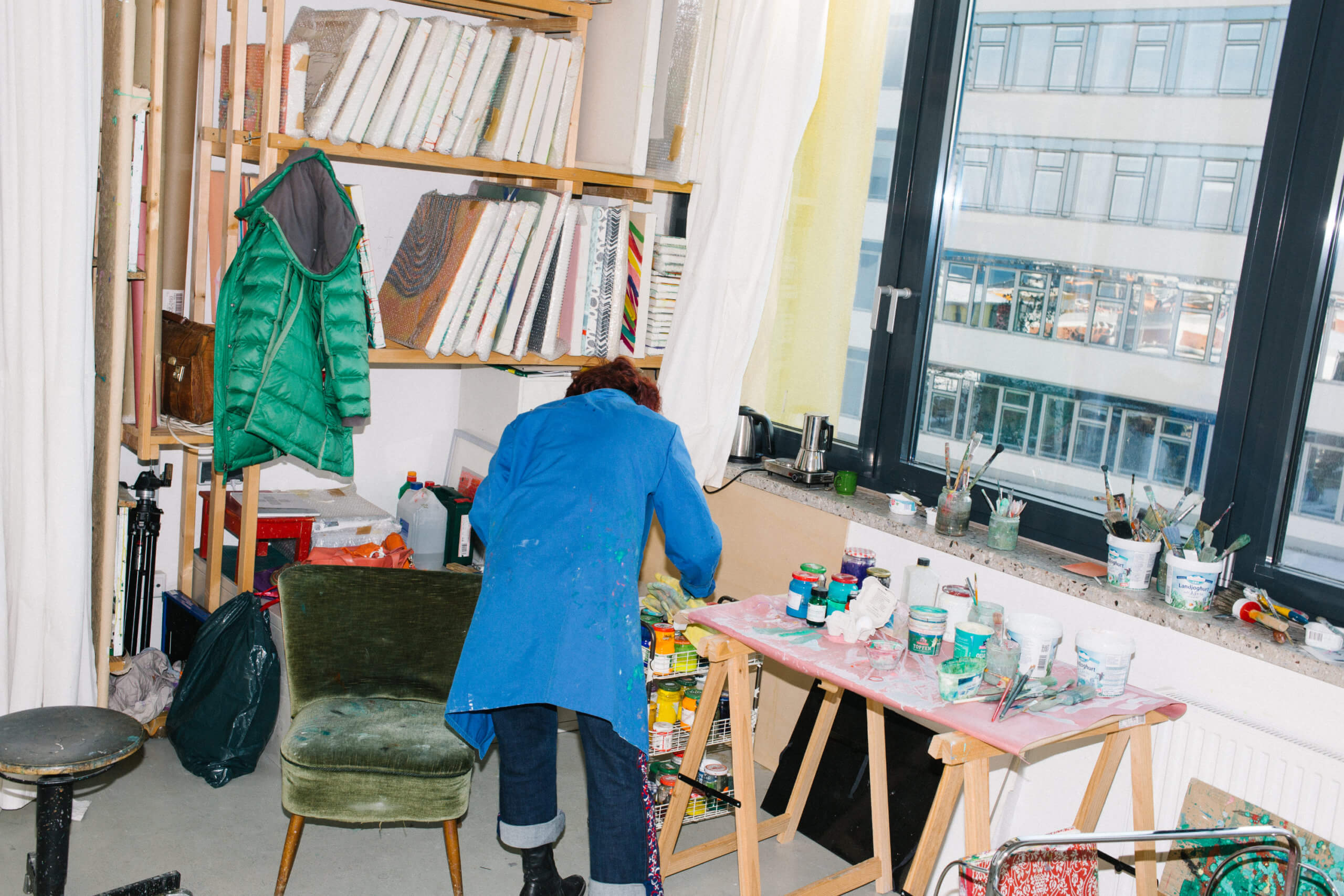 Die Künstlerin Annegret Hoch arbeitat an ihrem Arbeitstisch in ihrem Atelier