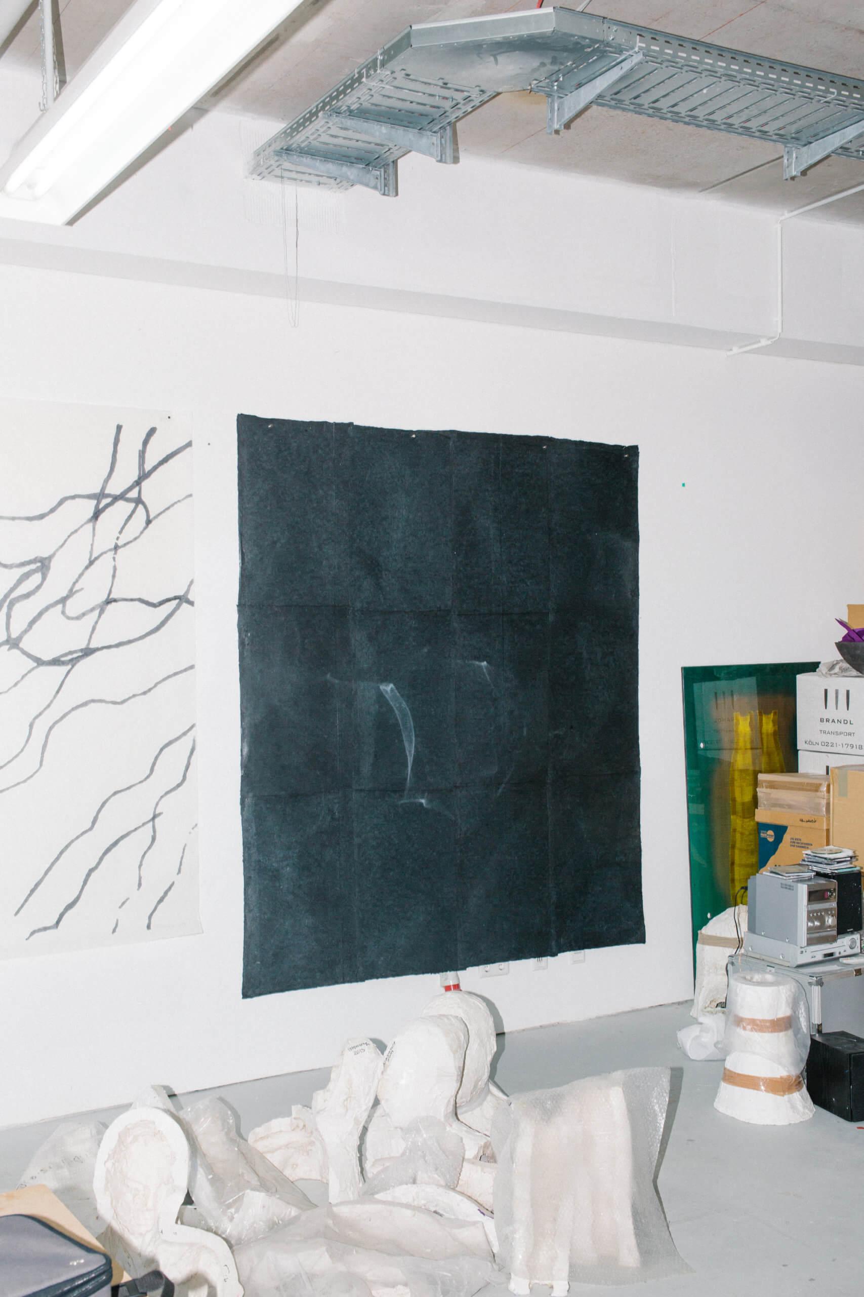 Das schwarze Kunstwerk von Silvia Schreiber hängt