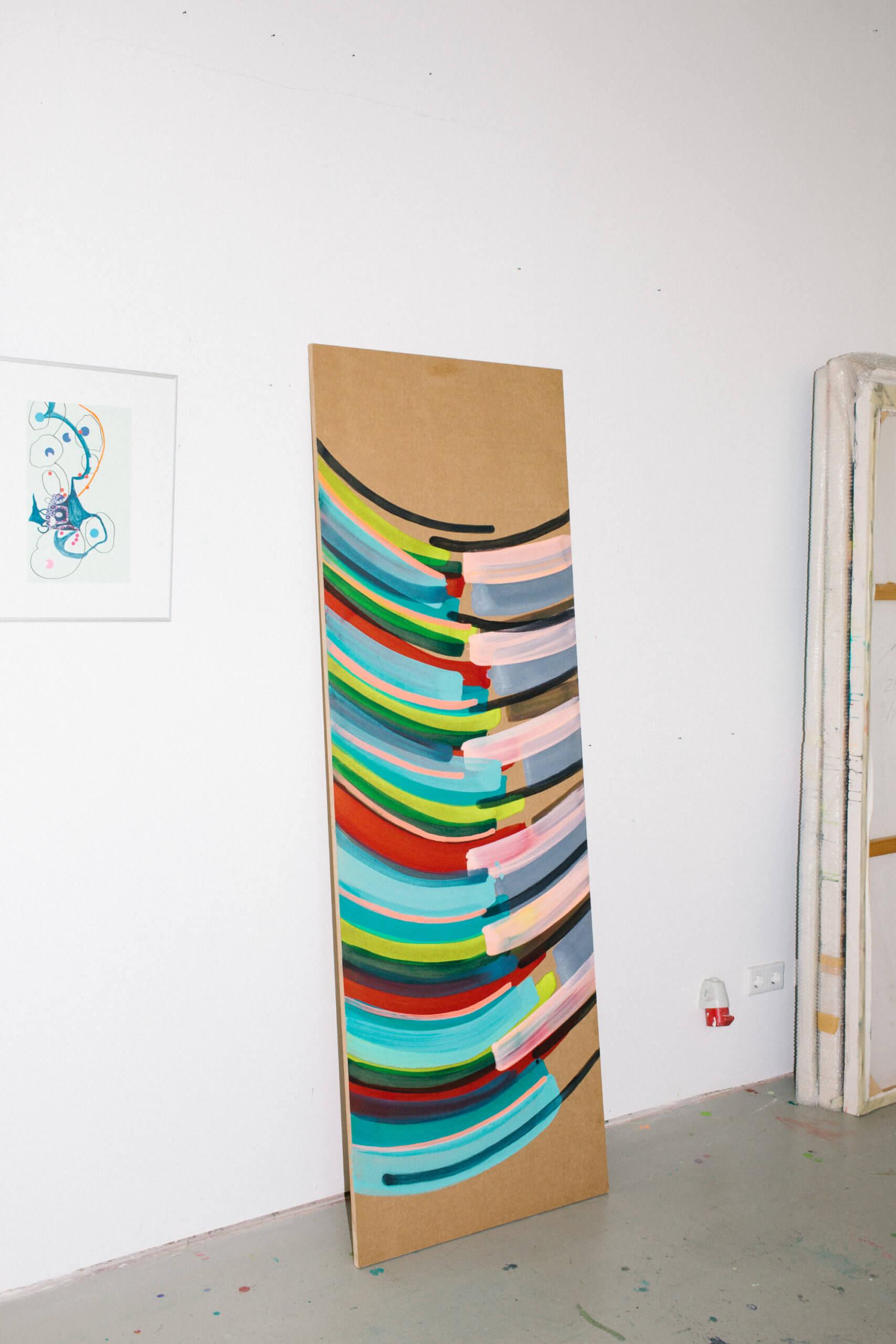 """Das Werk """"Plötzlich ist alles anders"""" von Annegret Hoch lehnt an einer Wand."""
