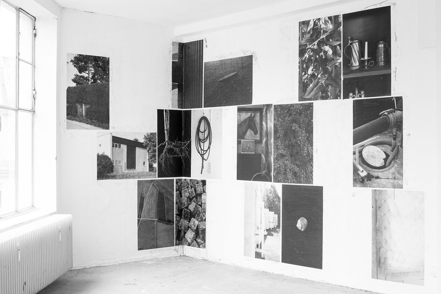 """Die Installation """"Salt Road"""" der Künstlerin Verena Hägler ist in Schwarzweiß zu sehen. Die Fotografien sind an eine Wand geklebt."""