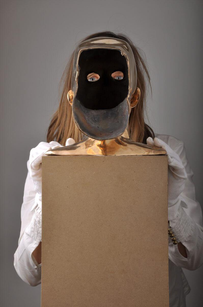 """Phoebe Lesch, """"Selbstportrait mit Bronzekopf"""", 2010"""